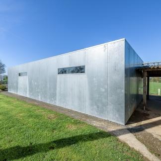 photographe d'architecture ©INTERVALphoto : Jaouen Raimbault Architectes, vestiaires, La Baconnière (53)