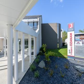 photographe d'architecture ©INTERVALphoto : Launay Architecte (Couasnon-Launay), lycée Ozanam, passage couvert et espace pastoral, Cesson-Sévigné.